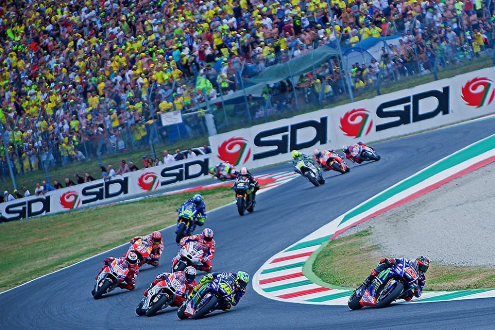 Valentino Rossi insegue Maverick Vinales al primo giro del Mugello