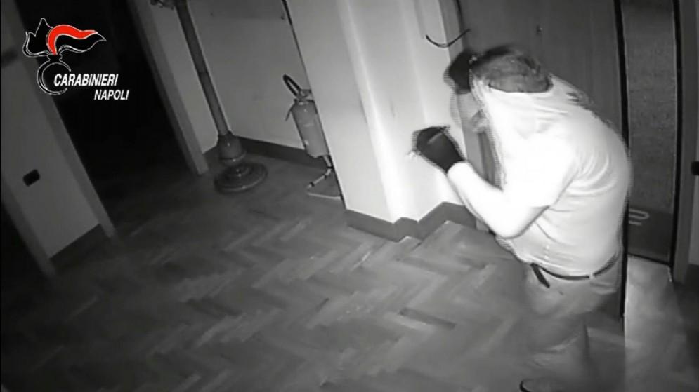 Un ladro in azione ripreso dalle telecamere si sicurezza