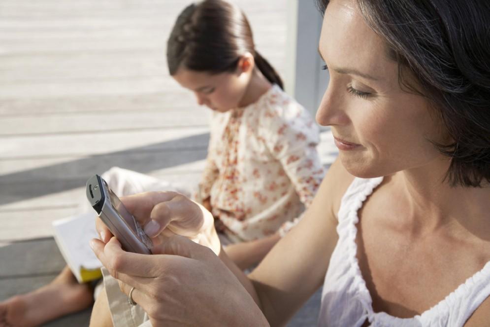 Mamme digitali, il 92% ha lo smartphone