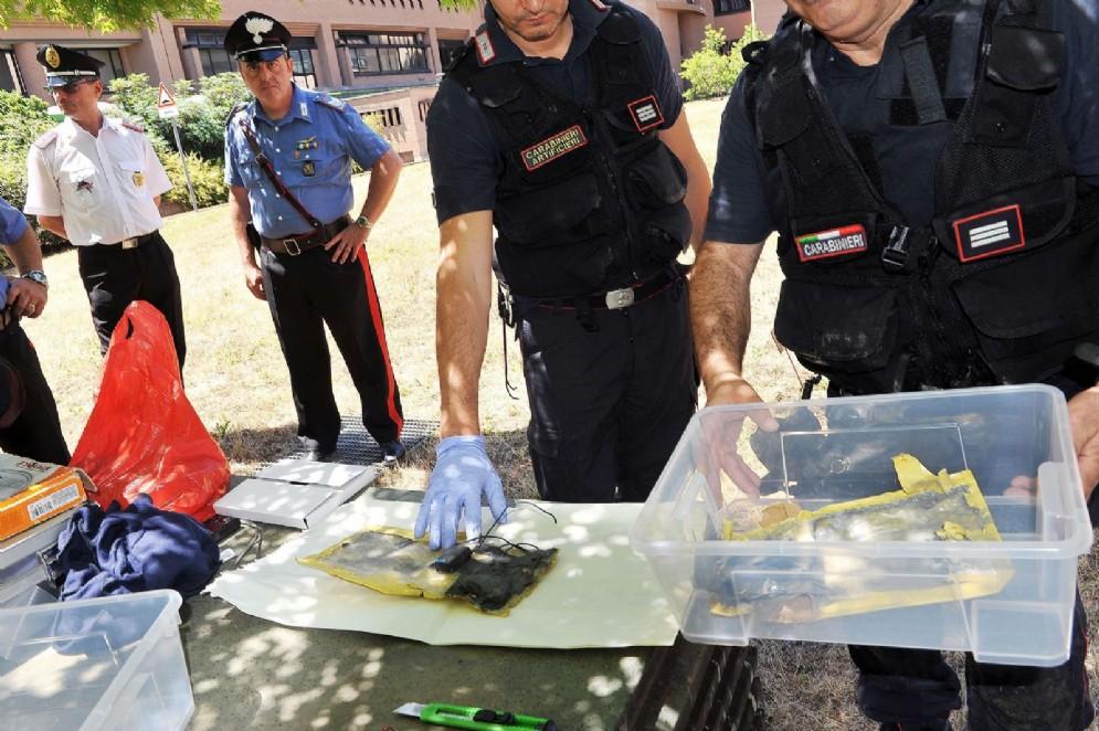 Gli artificieri dei carabinieri alle prese con le buste sospette