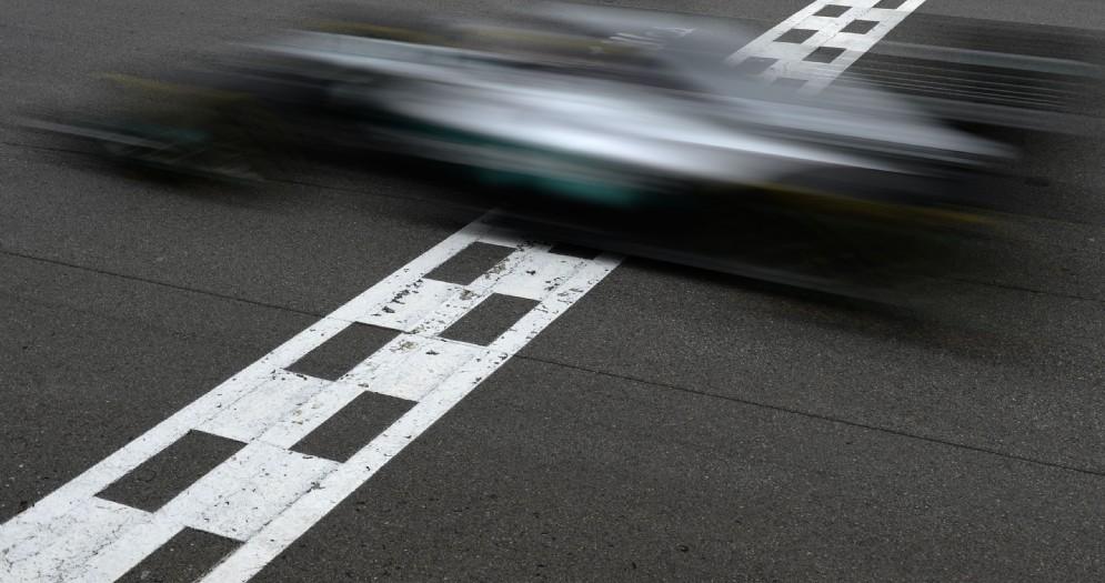 La Mercedes attraversa la linea del traguardo del circuito di Montreal