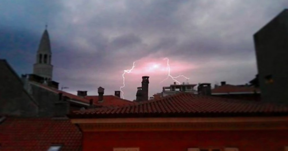 Un violento nubifragio accompagnato da forti raffiche di bora si è abbattuto sulla città