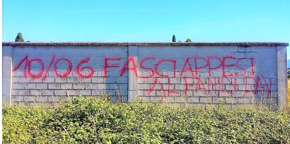 Scritta contro il 'Family Day' sul muro del cimitero di Feletto (© Salmè)
