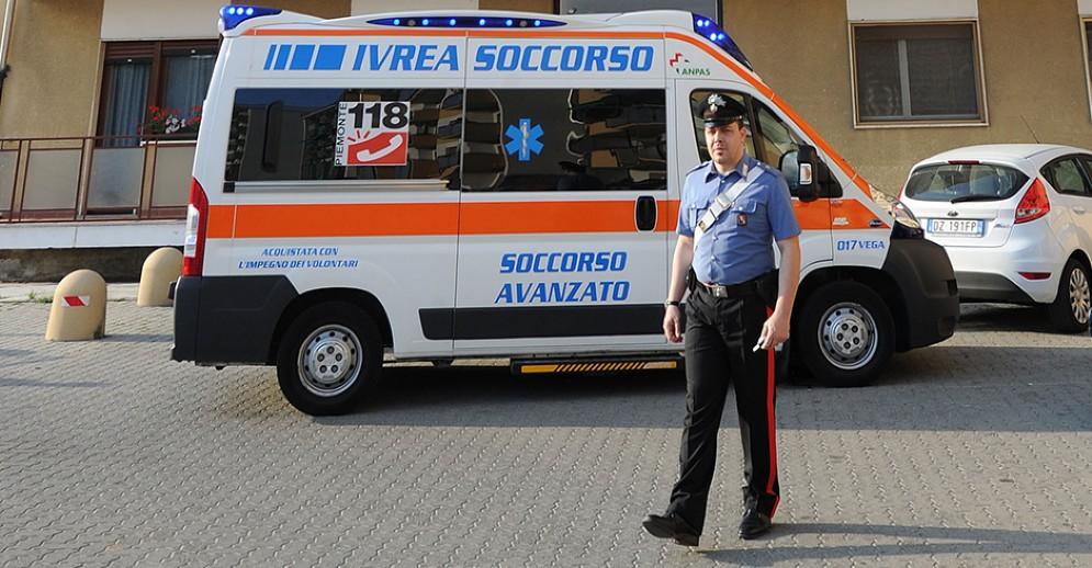 L'uomo è stato trasportato in ambulanza al pronto soccorso dell'ospedale di Ivrea