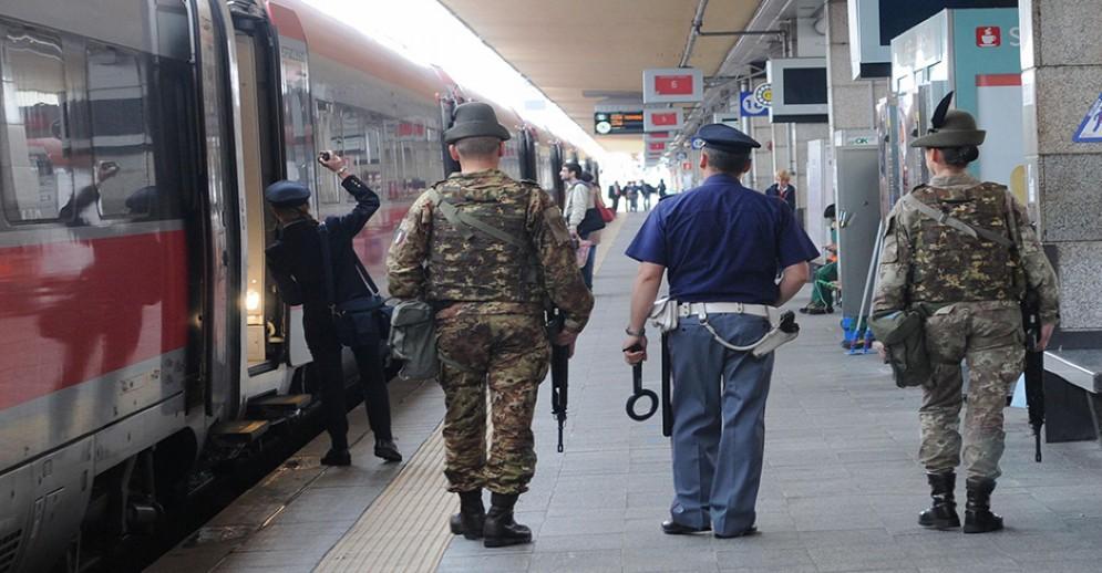 Controlli della polizia ferroviaria alla stazione di Porta Nuova