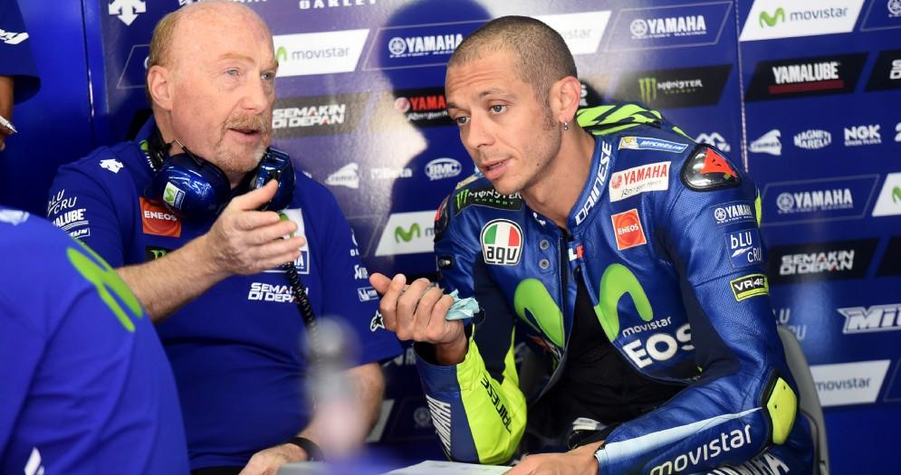 Valentino Rossi ai box Yamaha a Barcellona