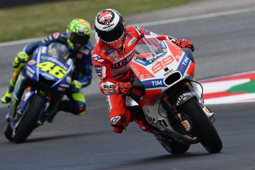 Rossi insegue Jorge Lorenzo durante le prove libere del Gran Premio di Spagna