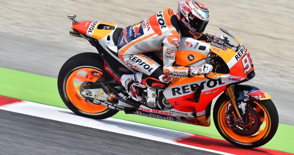 Marc Marquez in azione sulla sua Honda nelle prove libere a Barcellona