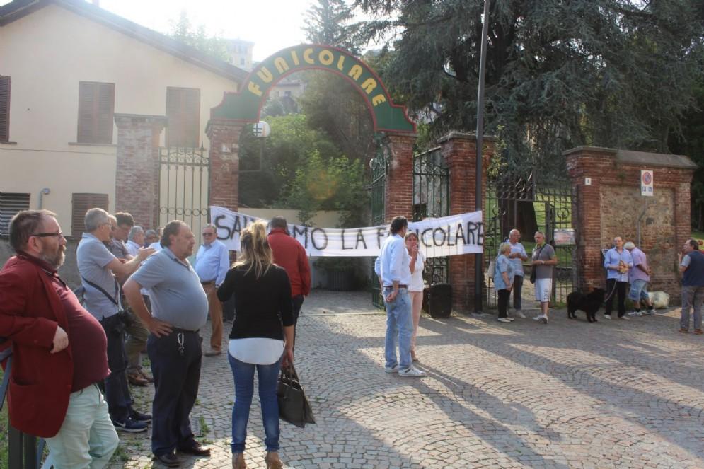 Un momento della protesta di ieri contro i lavori di ristrutturazione