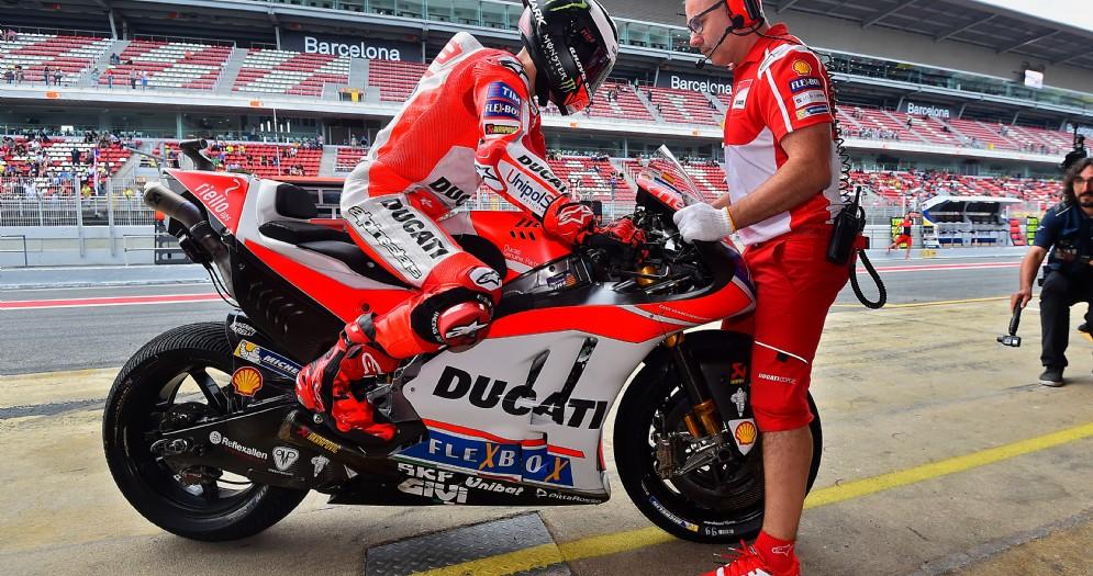 Jorge Lorenzo rientra ai box Ducati a Barcellona