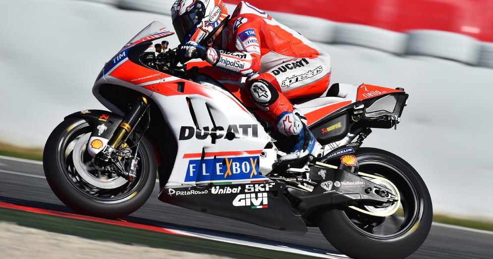 Andrea Dovizioso in azione sulla sua Ducati a Barcellona