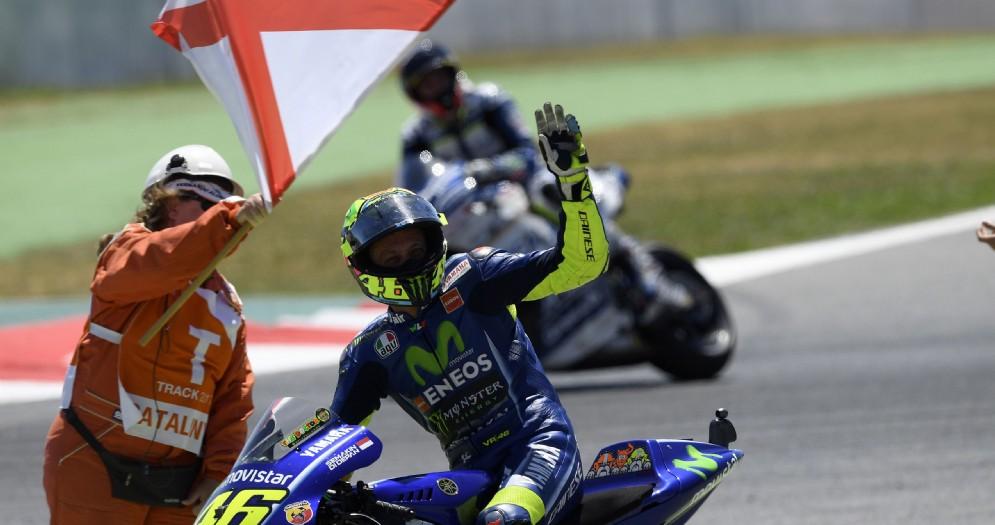 Valentino Rossi saluta il pubblico del Gran Premio di Catalogna
