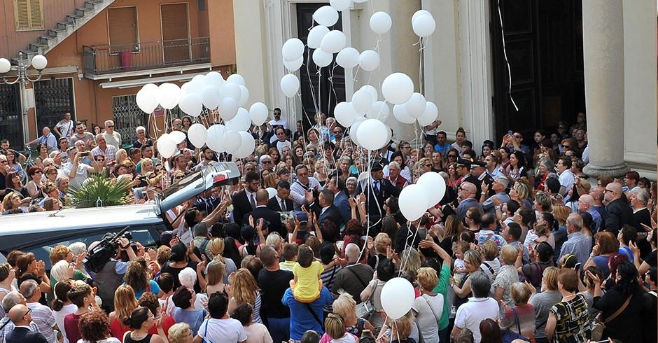 100 palloncini bianchi liberato in aria fuori dalla chiesa