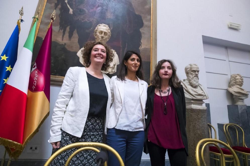 La sindaca di Roma Virginia Raggi con l'assesore alla persona, scuola e comunità solidale Laura Baldassarre e Maria Agnese Catini durante la conferenza di presentazione del piano per il superamento dei campi rom di Roma Capitale