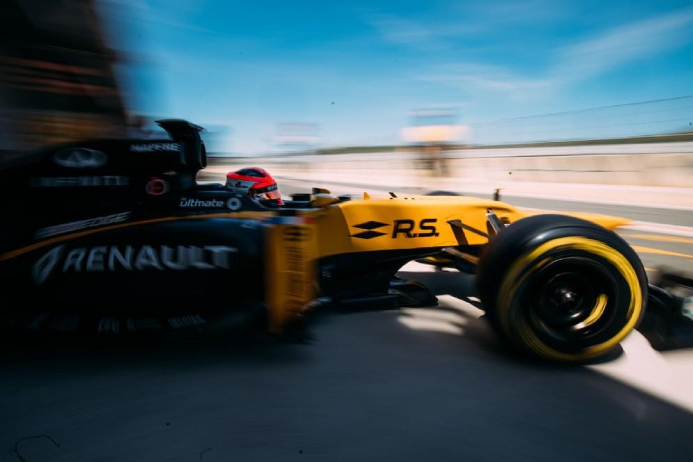 Il pilota polacco esce dai box al volante della Lotus del 2012