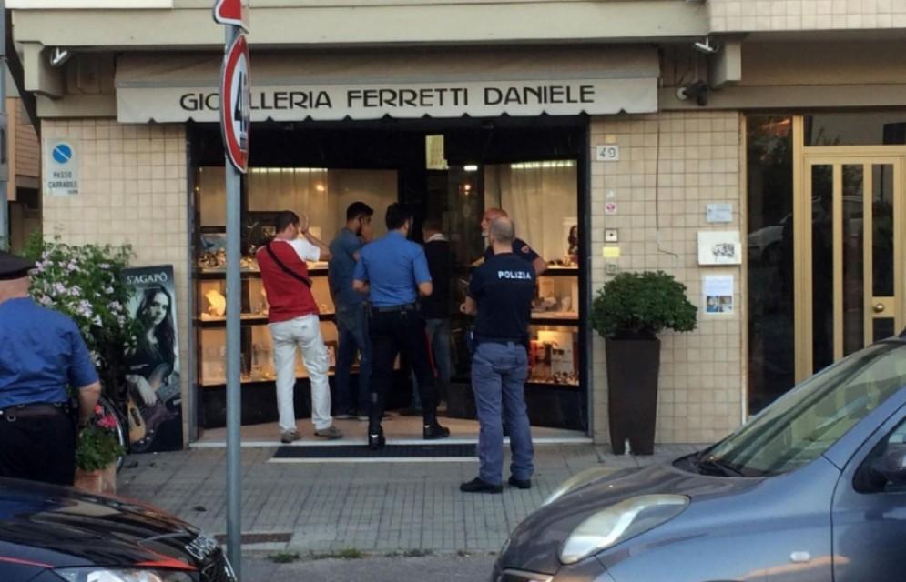 Inquirenti all'esterno della gioielleria Ferretti a Pisa dove un uomo è morto durante una rapina