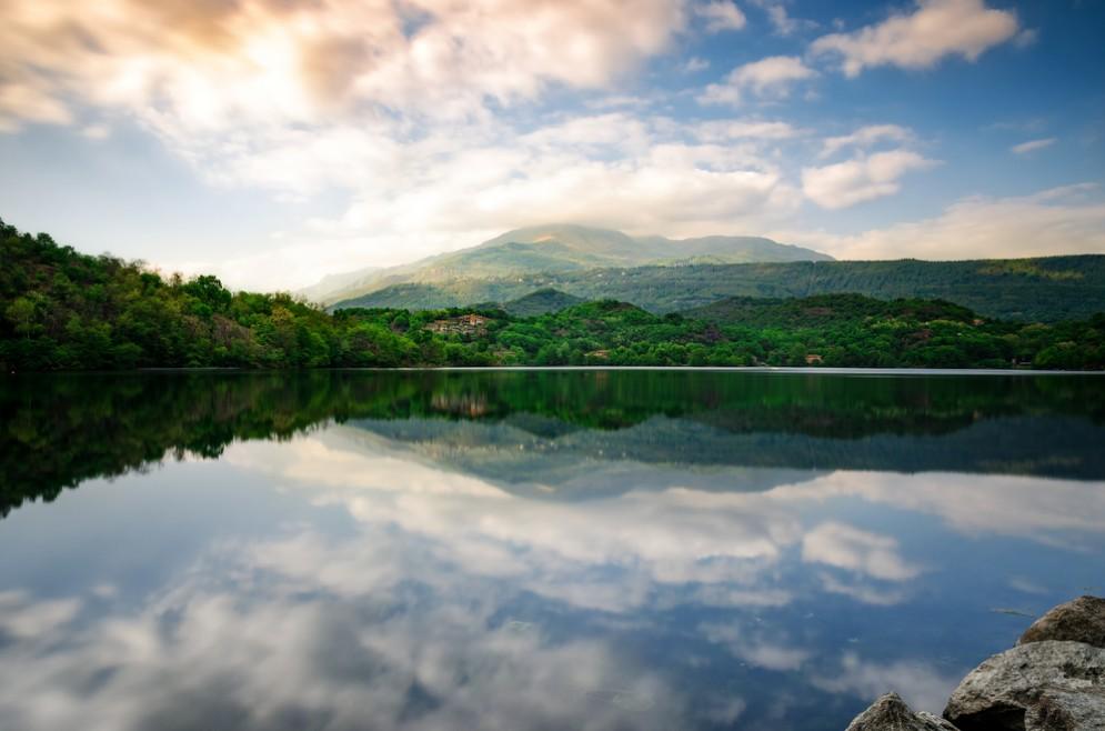 Un'immagine del lago Sirio al tramonto, luogo che farà da cornice alla Tri@Lake