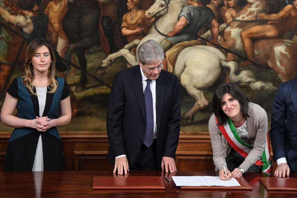 Chiara Appendino firma il bando per le periferie davanti a Paolo Gentiloni