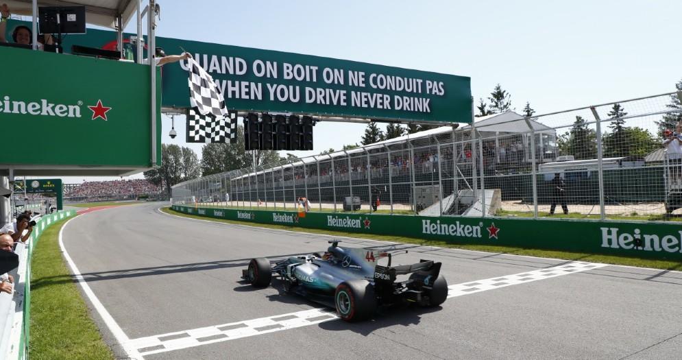 Lewis Hamilton taglia il traguardo vincitore nell'ultimo Gran Premio in Canada