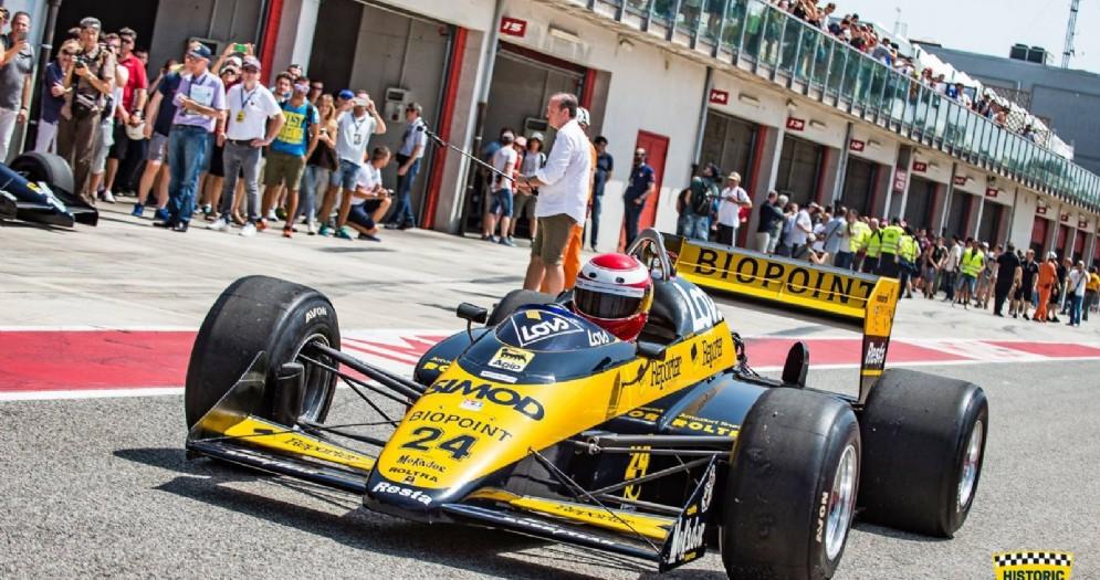 Una Minardi di Formula 1 esce dalla corsia dei box del circuito di Imola