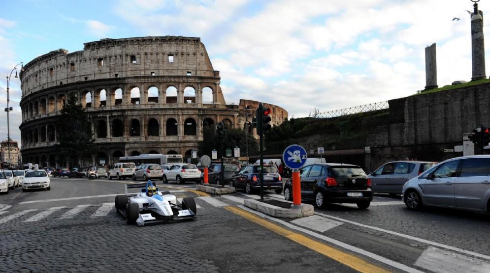 Una monoposto elettrica della Formula E gira nei dintorni del Colosseo