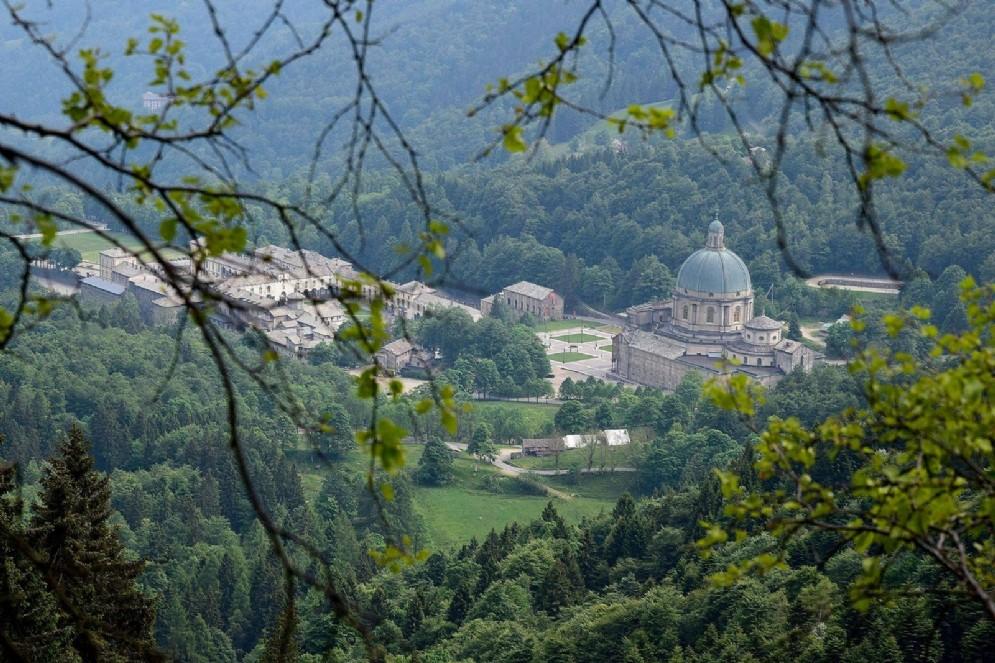 Il complesso del Santuario di Oropa immerso nel verde