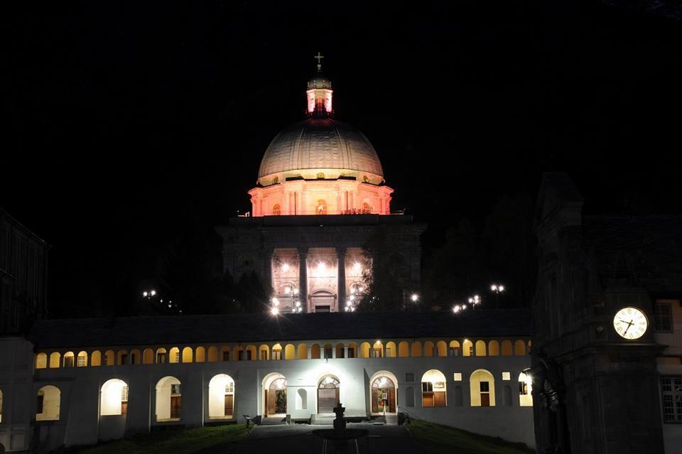 La cupola della Basilica illuminata di rosa in onore del passaggio del Giro d'Italia ad Oropa