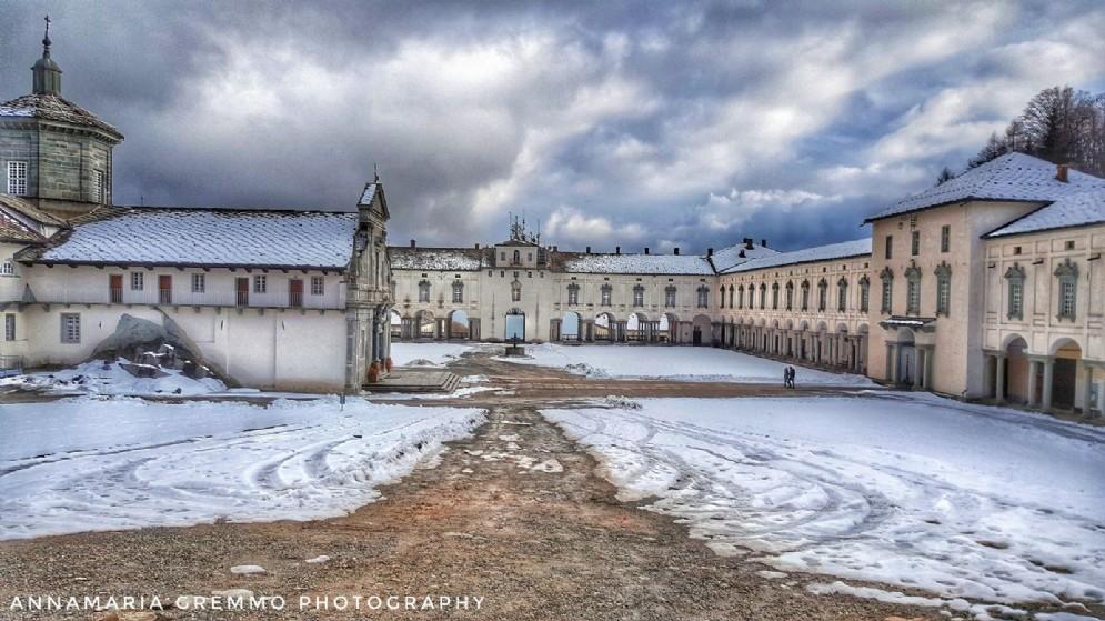 Piazzale del Santuario con una fine coltre di neve