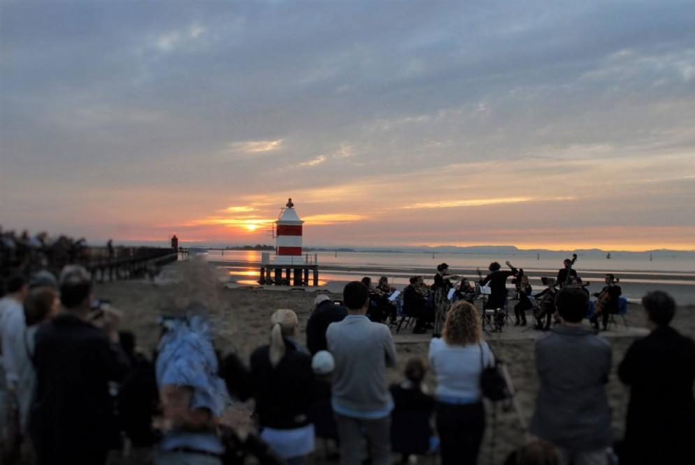 Lignano ha dato il benvenuto all'estate con un concerto all'alba (© @LignanoSabbiadoro)