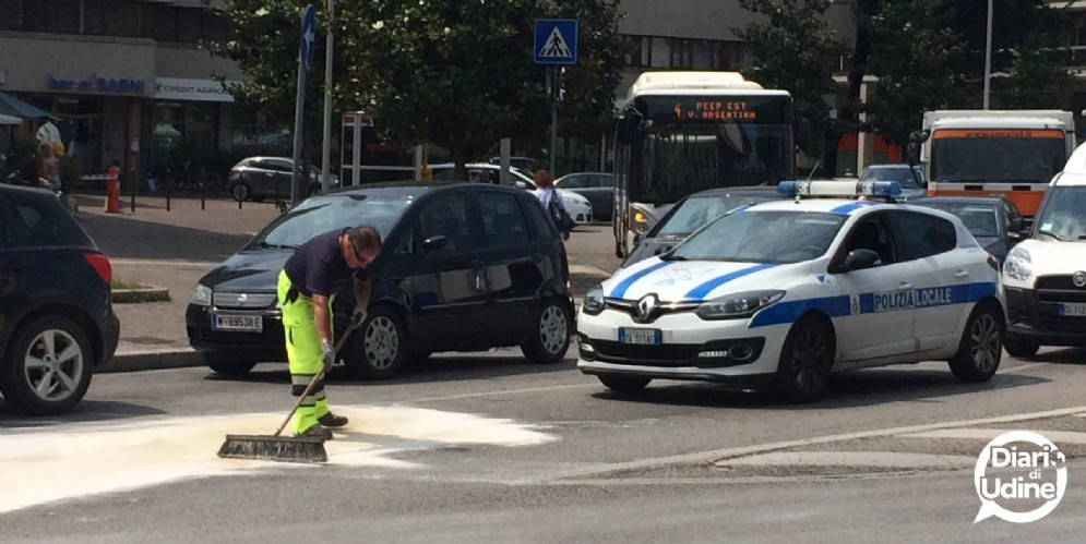 Auto perde carburante: disagi al traffico tra via Marco Volpe e via Poscolle (© Diario di Udine)