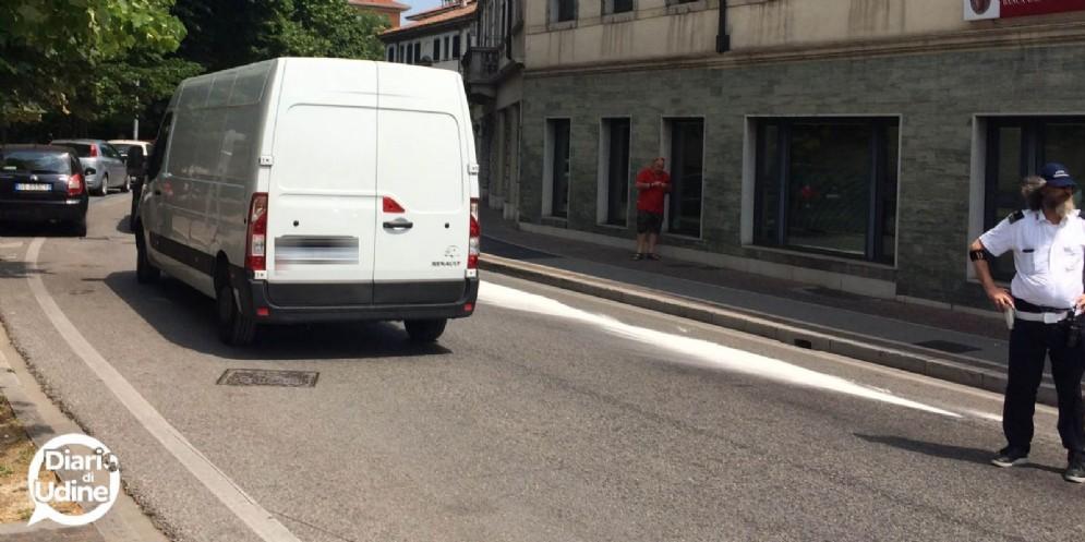 Auto perde carburante: disagi al traffico tra via Marco Volpe e via Poscolle