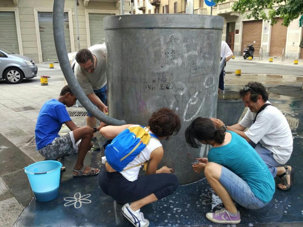 Un'altra immagine dei volontari al lavoro