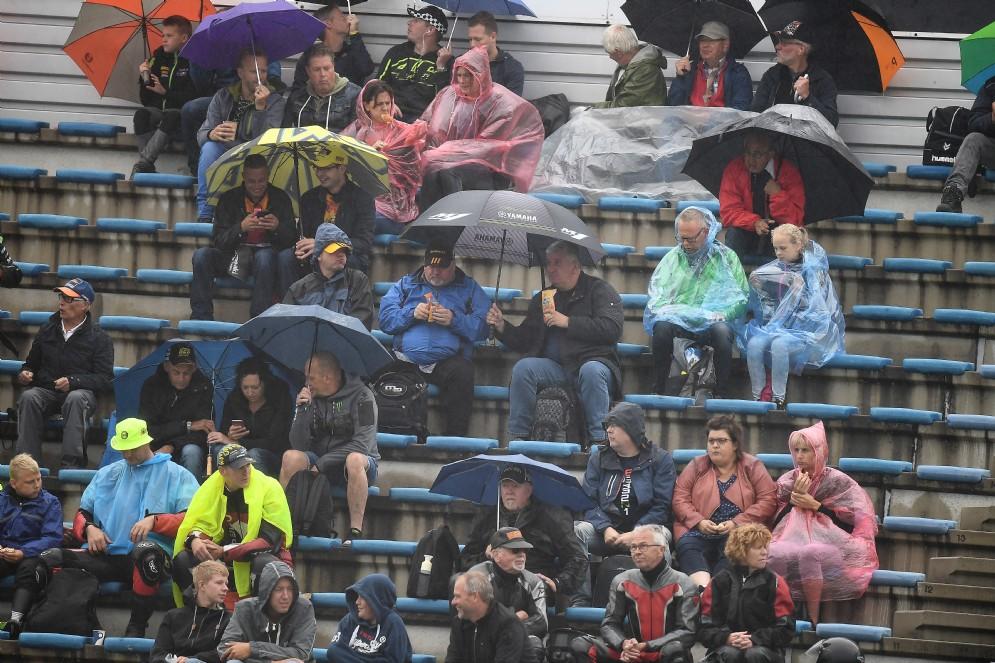 Il pubblico olandese apre gli ombrelli sulle tribune per assistere alle prove libere