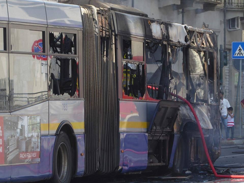 Un particolare dell'autobus bruciato