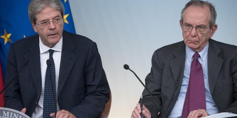 Il premier Paolo Gentiloni e il ministro dell'Economia Pier Carlo Padoan