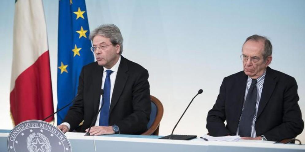 Il Premier Gentiloni con il Ministro dell'Economia, Padoan