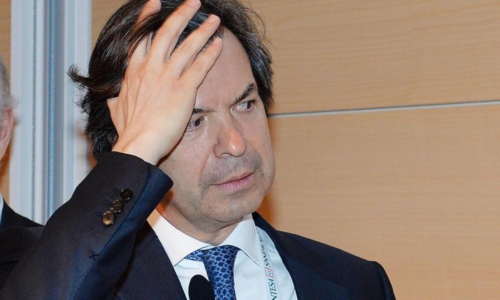 Carlo Messina, ceo di Intesa Sanpaolo, ha firmato il contratto di acquisto delle due banche venete.
