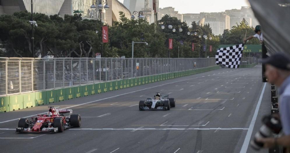 Sebastian Vettel precede Lewis Hamilton sul traguardo del GP dell'Azerbaigian