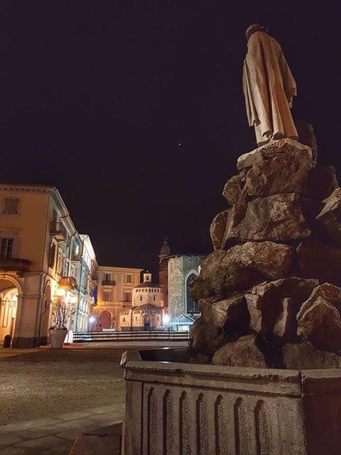 Visione notturna di piazza Duomo