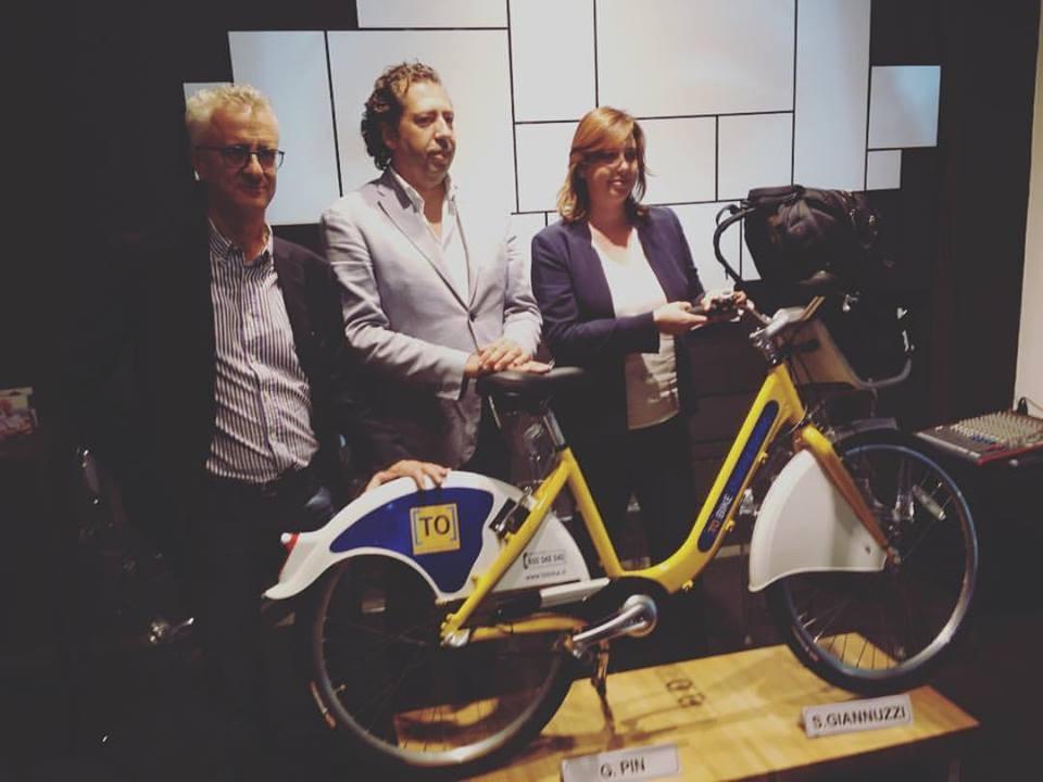 La nuova bici ToBike, presentata dall'ex assessora all'Ambiente Stefania Giannuzzi