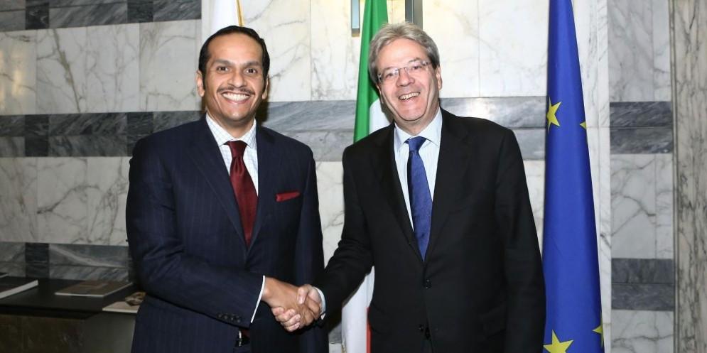 Il premier Paolo Gentiloni con il ministro degli Esteri del Qatar Al Thani