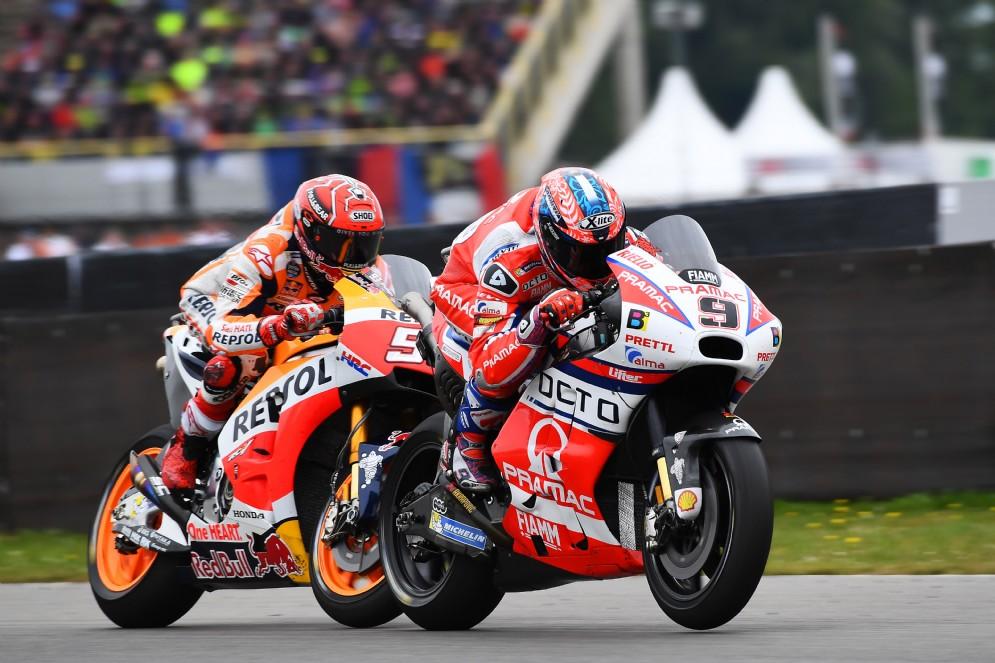 Marquez insegue Danilo Petrucci nel corso del Gran Premio d'Olanda