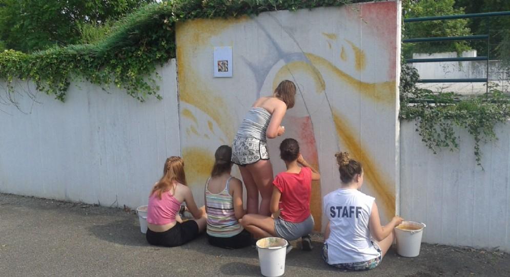 """Durante il Simposio alcune ragazze del liceo artistico """"Sella"""" hanno realizzato un mural"""
