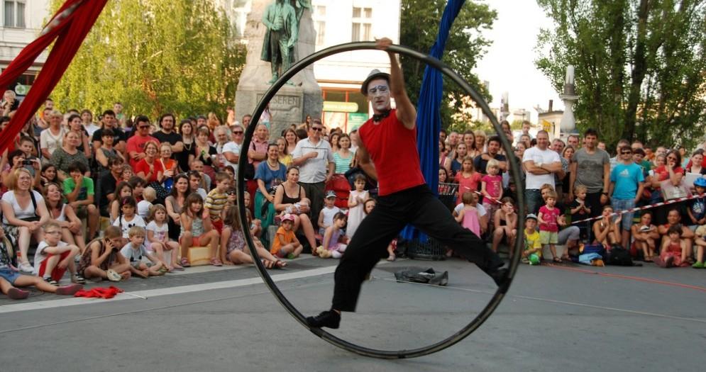Esibizione di un artista da strada