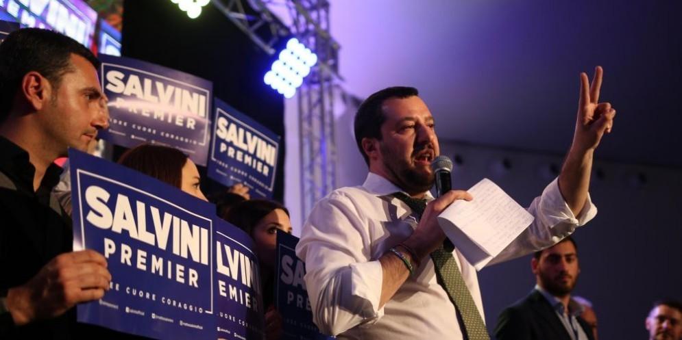 Il leader della Lega Nord, Matteo Salvini, risponde a tono al capogruppo dei popolari europei.