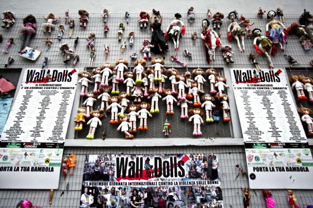 """Il """"Muro delle Bambole"""" di Milano"""
