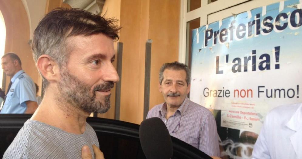 Max Biaggi intervistato all'uscita dall'ospedale San Camillo