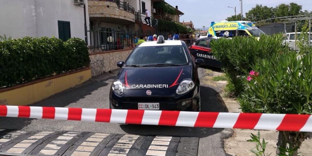 I carabinieri sul luogo dove un agente della polizia penitenziaria, di 53 anni, ha ucciso con la propria pistola d'ordinanza la moglie di 48 anni e si é poi suicidato