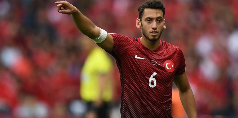 Il calciatore turco Calhanoglu