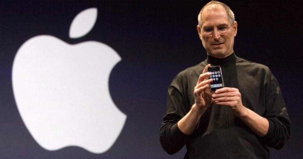 Steve Jobs, fondatore di Apple, durante la presentazione del cellulare iPhone